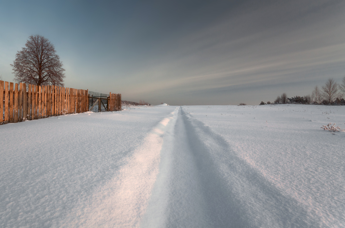 "photo ""***"" tags: landscape, evening, sky, snow, tree, winter, Тропинка, забор, мороз, текстура"