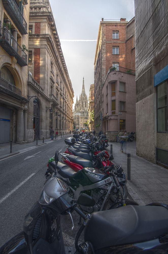 """фото """"Barcelona Cathedral"""" метки: архитектура, город, путешествия, Barcelona, Bikes, Europe, cathedral, spain, street"""