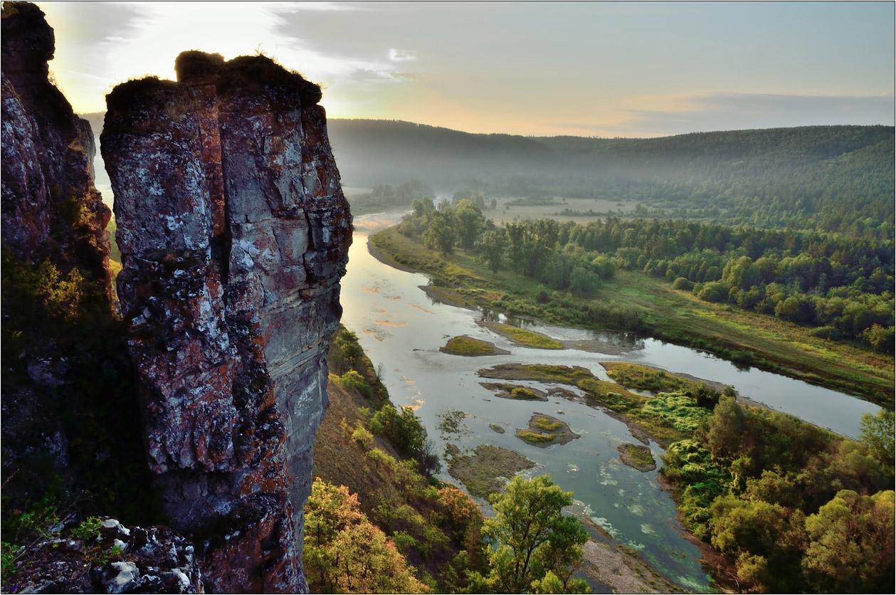 """фото """"Утро на реке Юрюзань"""" метки: пейзаж, вода, деревья, лес, лето, луг, небо, облака, отражения, река, скалы, утро"""
