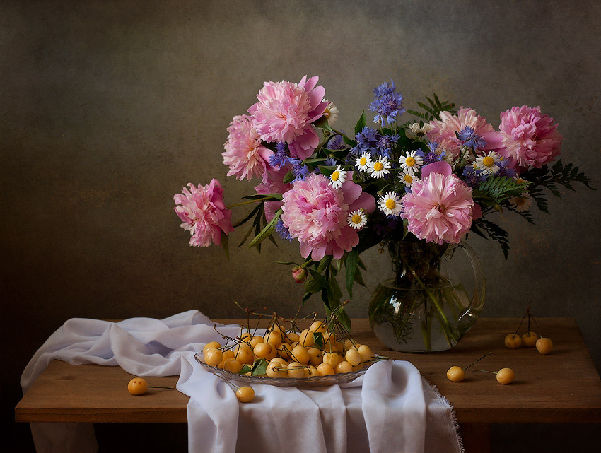 "photo ""***"" tags: still life, flowers, light, still life, summer, Ягоды, букет, васильки, настроение, пионы, ромашки, фотонатюрморт, черешня"