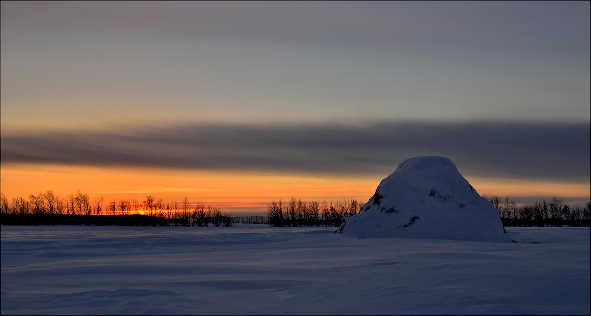 """фото """"Вечерний покой"""" метки: пейзаж, деревья, закат, зима, небо, облака, скирда, снег"""