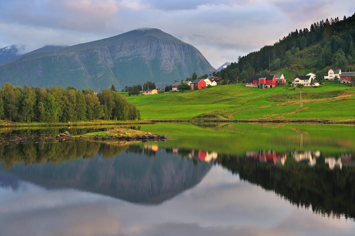 """фото """"Norwegian dream"""" метки: пейзаж, природа, путешествия, Европа, Норвегия, вода, горы, деревня, облака, озеро, отражение, свет, цвет"""