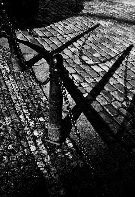 "photo ""Cтолбики a тени"" tags: black&white, Prag, Prague, Praha"