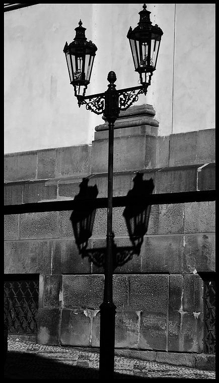 "photo ""Фонари a тени"" tags: black&white, Prag, Prague, Praha"