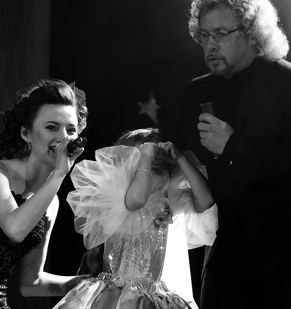 """фото """"Дебют"""" метки: жанр, репортаж, черно-белые, ведущая, ведущий, слезы, сцена, юная певица"""