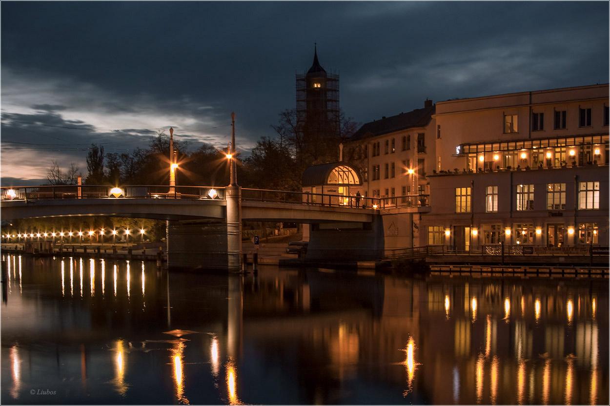 "фото ""Вечер на Хафеле..."" метки: пейзаж, город, foto liubos, Европа, бранденбург, вечер, германия, мост, отражения, река, старый город, фонари"