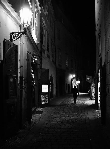 """photo """"Hочной пешеход a  улочка"""" tags: black&white, Prag, Prague, Praha"""