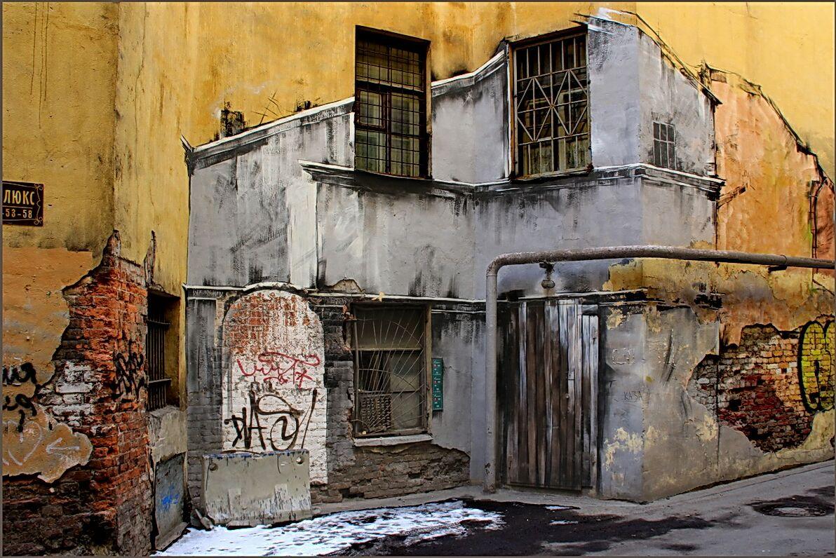 """фото """"Здания карабкаются по стенам ..."""" метки: город, Дворы Питера, граффити"""
