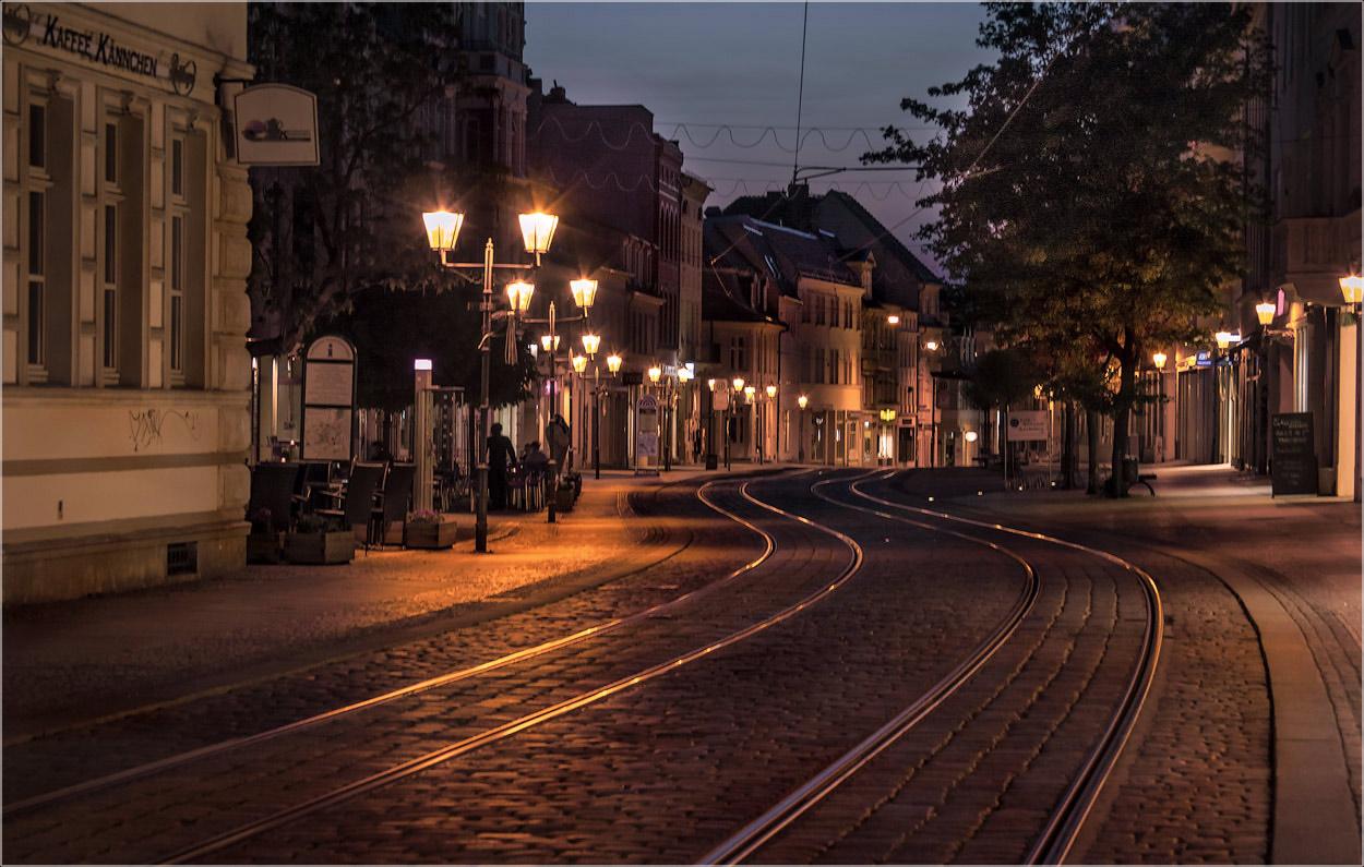 "фото ""Центральная улица.."" метки: город, foto liubos, Европа, бранденбург, вечер, германия, фонари"