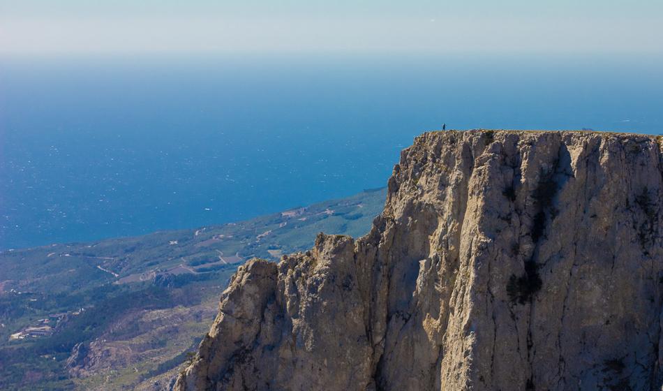"""фото """"человек на вершине моря"""" метки: путешествия, пейзаж, вода, горизонт, горы, море, небо, простор, путешествие, синева, скала, человек"""