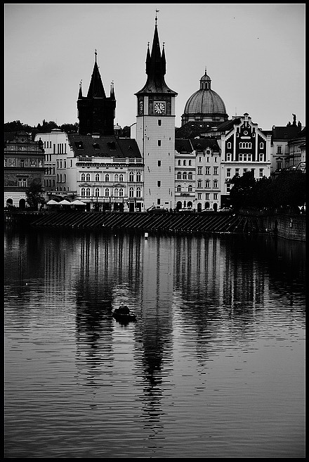 "photo ""Башне, домa a река Влтава"" tags: architecture, black&white, Prag, Prague, Praha"