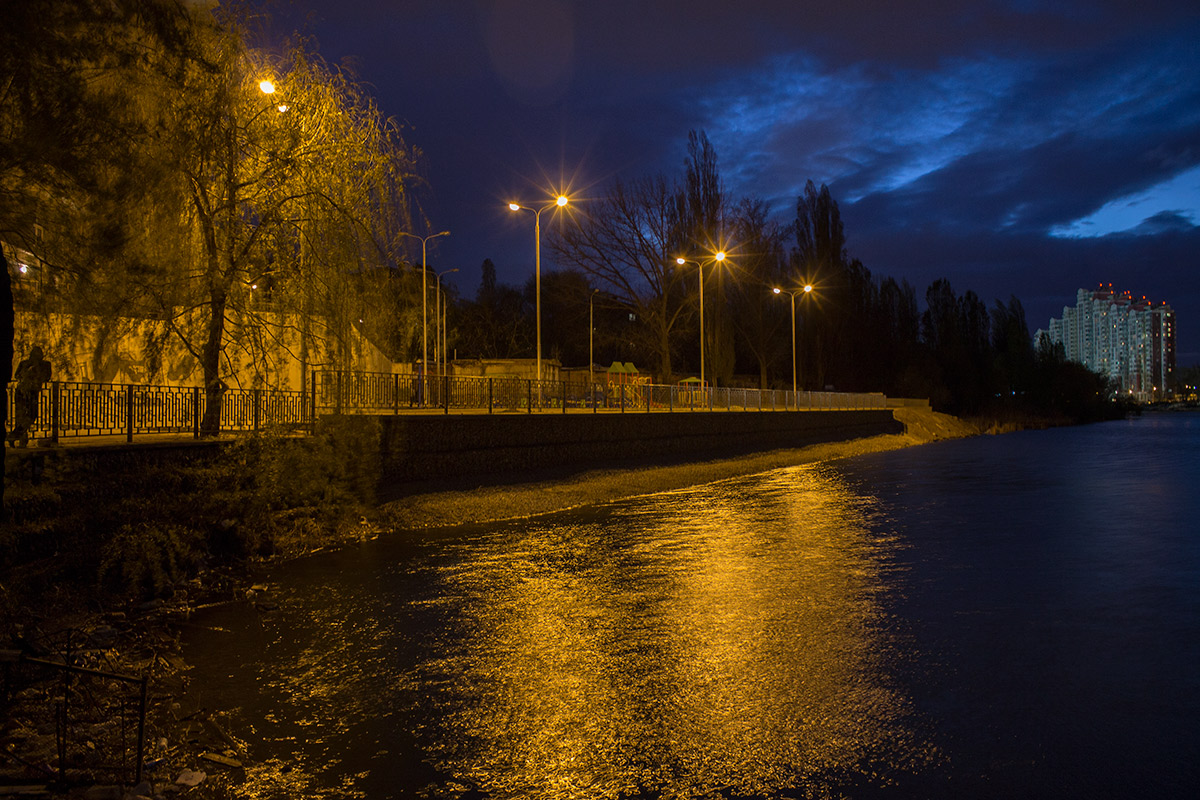 "photo ""***"" tags: street, lake, night, фонари, человек"