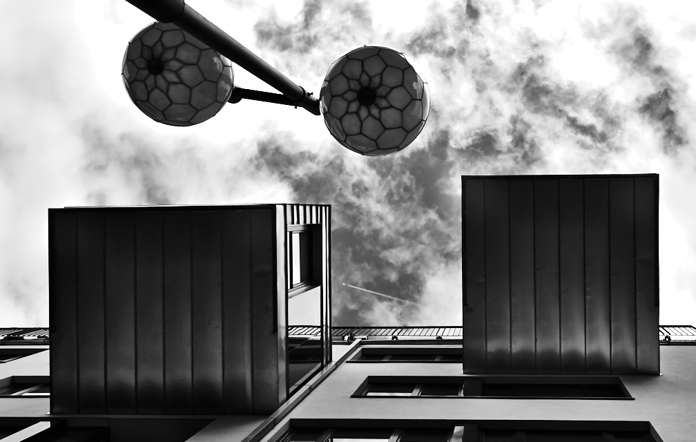 "photo ""look up"" tags: architecture, city,"