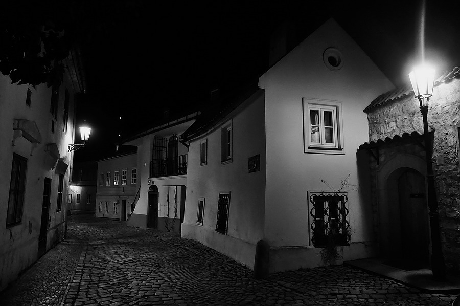 """photo """"Hочной улочка-22"""" tags: black&white, Prag, Prague, Praha"""