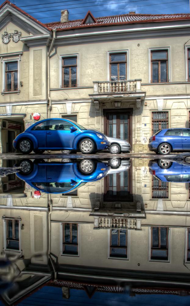 """фото """"***"""" метки: город, Европа, Литва, балкон, весна, вода, жук, здание, лужа, мокрыйфотограф, синий, суперверинайс, ума-то-нет"""