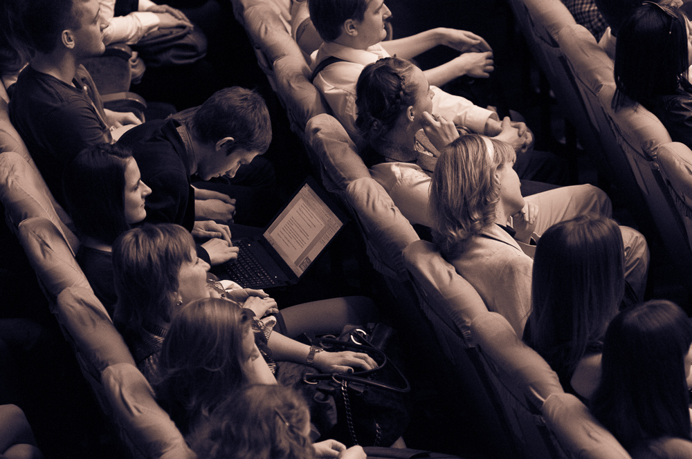 "photo ""Аudience"" tags: genre, reporting, зрители, зрительный зал, ноутбук"