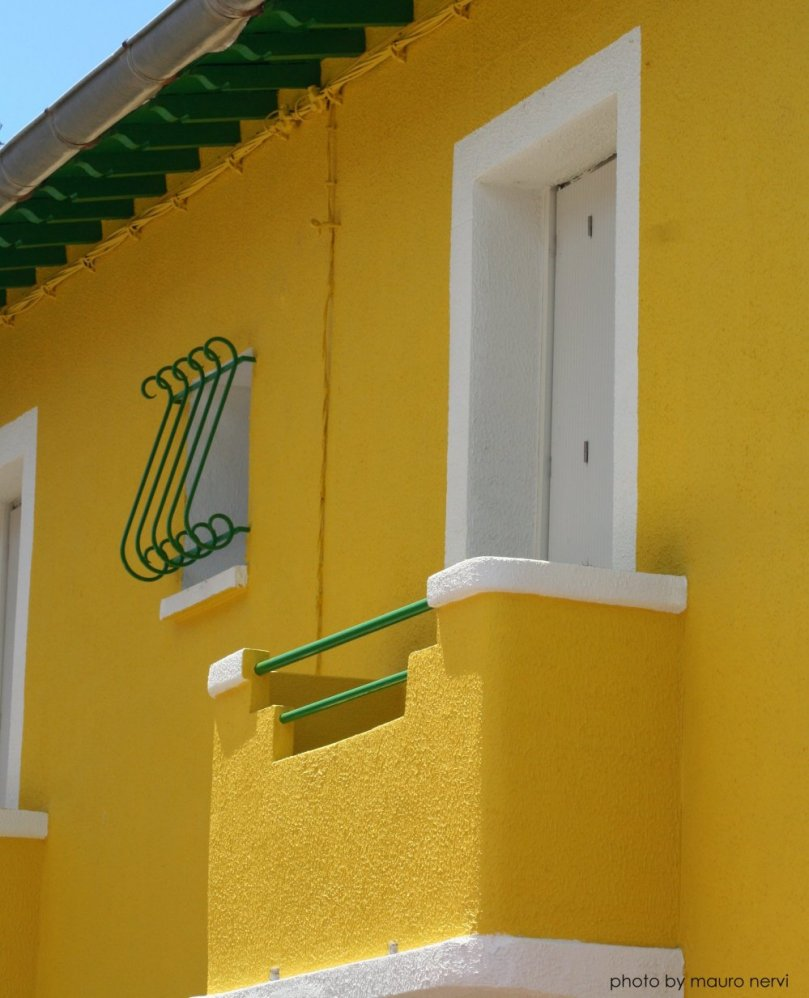 "photo ""yellow"" tags: architecture,"