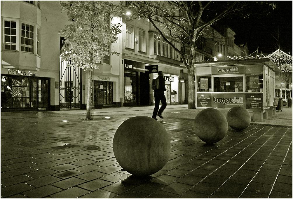 """фото """"Мальчик на шаре."""" метки: черно-белые, вечер, люди, чёрно-белое"""