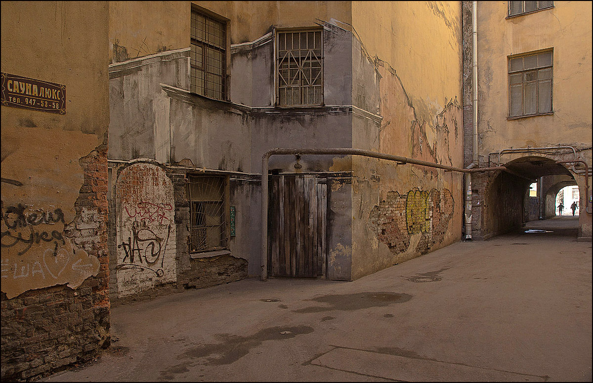 "photo ""А yard with a through-passage"" tags: city, St. Petersburg, двор"