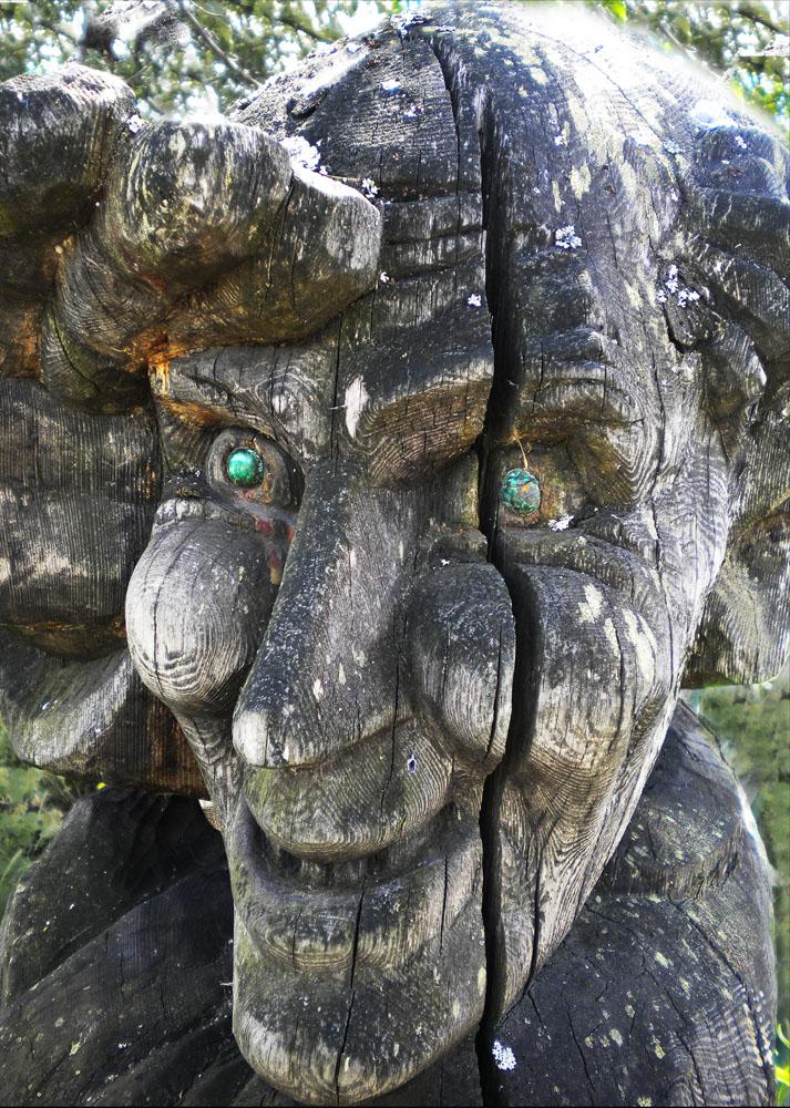 """фото """"Хранительница уральского малахита"""" метки: фрагмент, портрет, деревянная скульптура"""