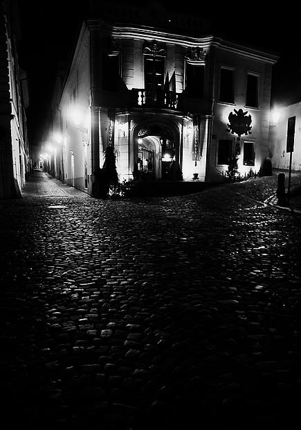 "photo ""Hочной улочка a дом"" tags: black&white, Prag, Prague, Praha"