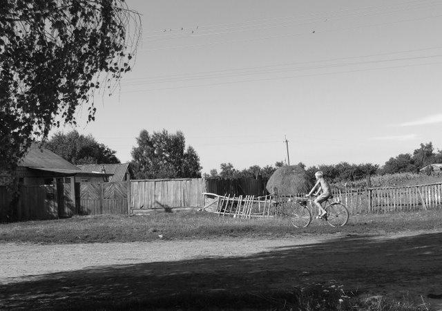 """фото """"Детство"""" метки: черно-белые, пейзаж, велосипедист, деревня, лето"""