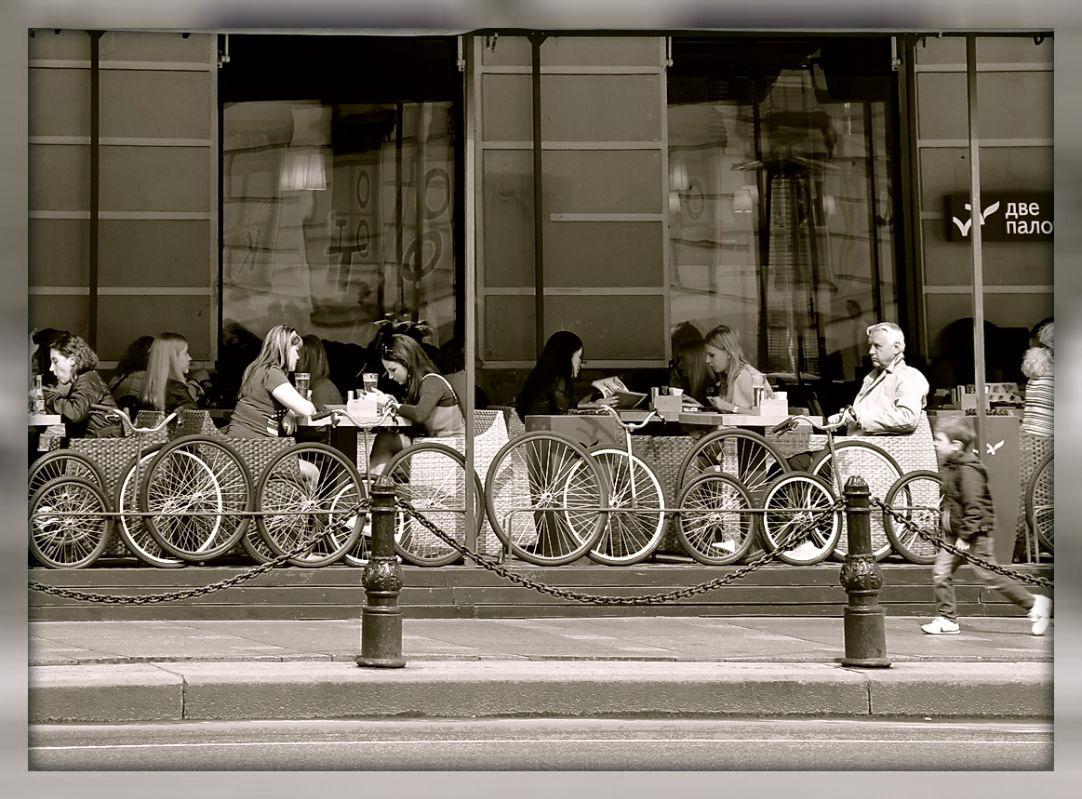 "photo ""***"" tags: genre, город. колеса. суета, кафе"