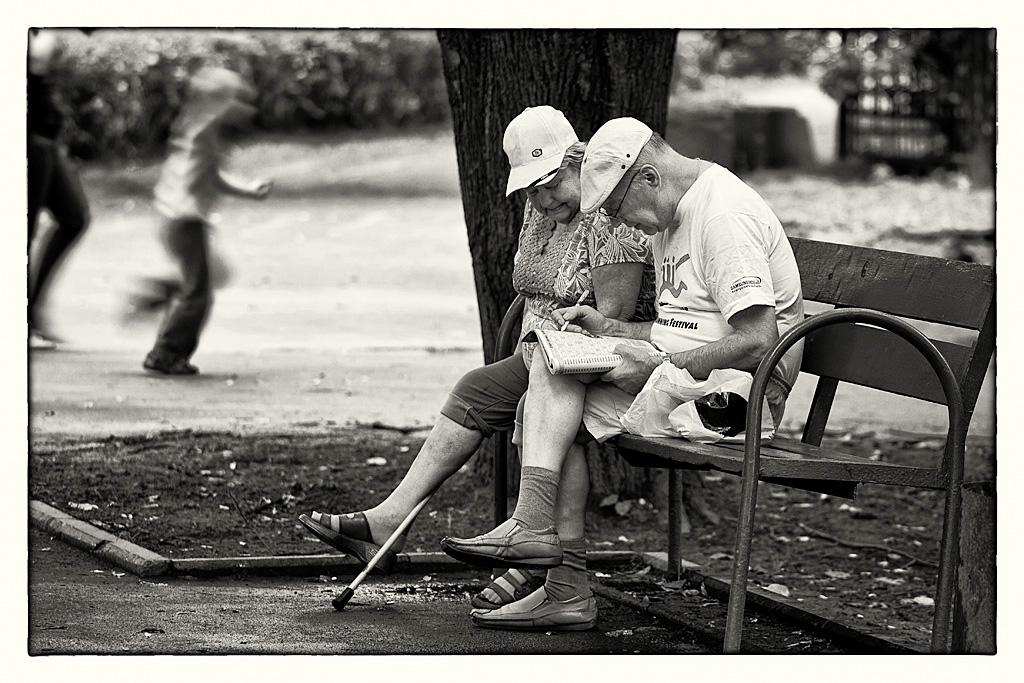 """фото """"Бабушка рядом с дедушкой"""" метки: жанр, черно-белые, стрит-фото,"""