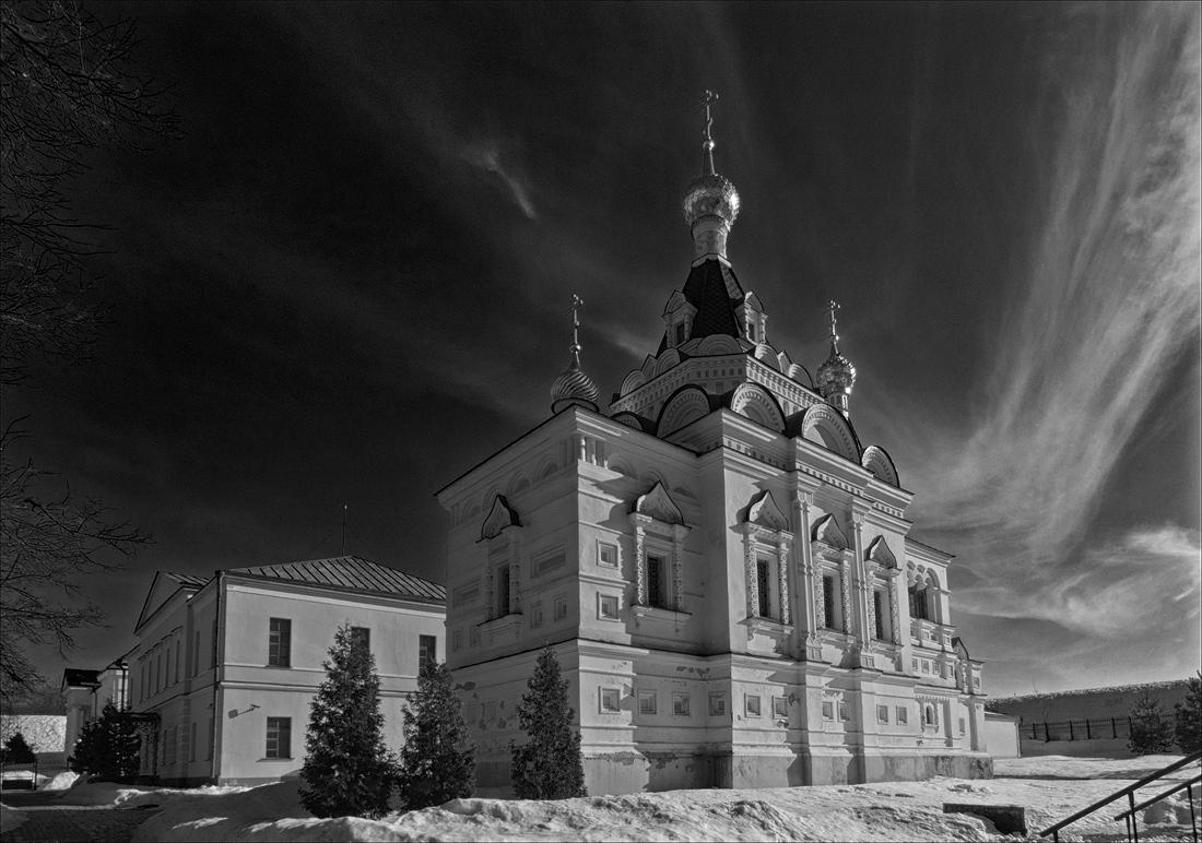 "photo ""Кирпичная церковь, построенная в 1897-1898 на средства Е. С. Ляминой как  храм при тюремном замке"" tags: architecture, black&white,"