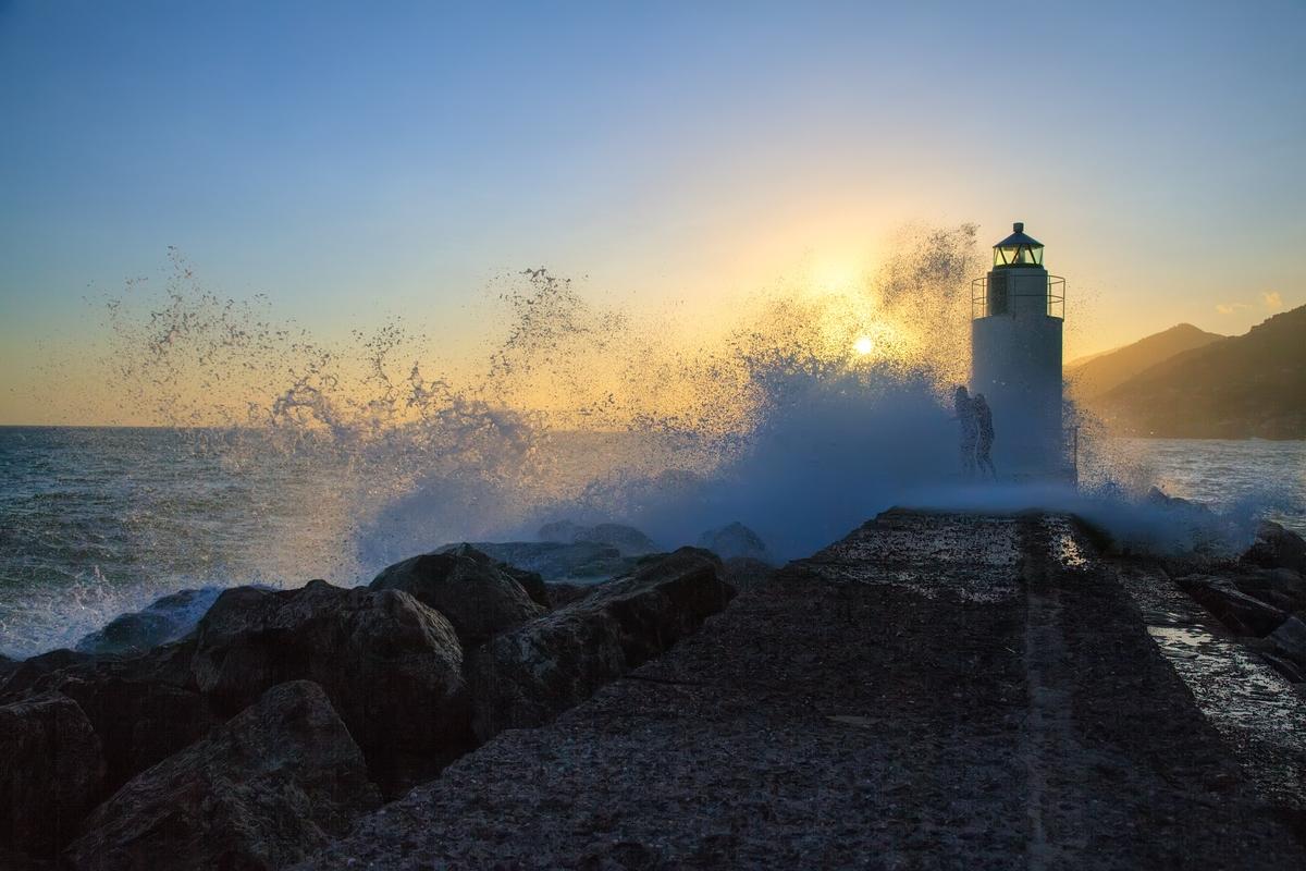 """фото """"Странные танцы"""" метки: путешествия, Европа, брызги, закат, маяк, море"""