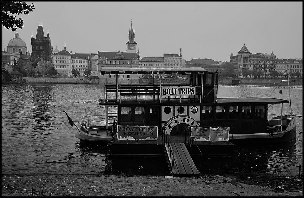 """photo """"Дома и малый пароход"""" tags: black&white, Prag, Prague, Praha"""