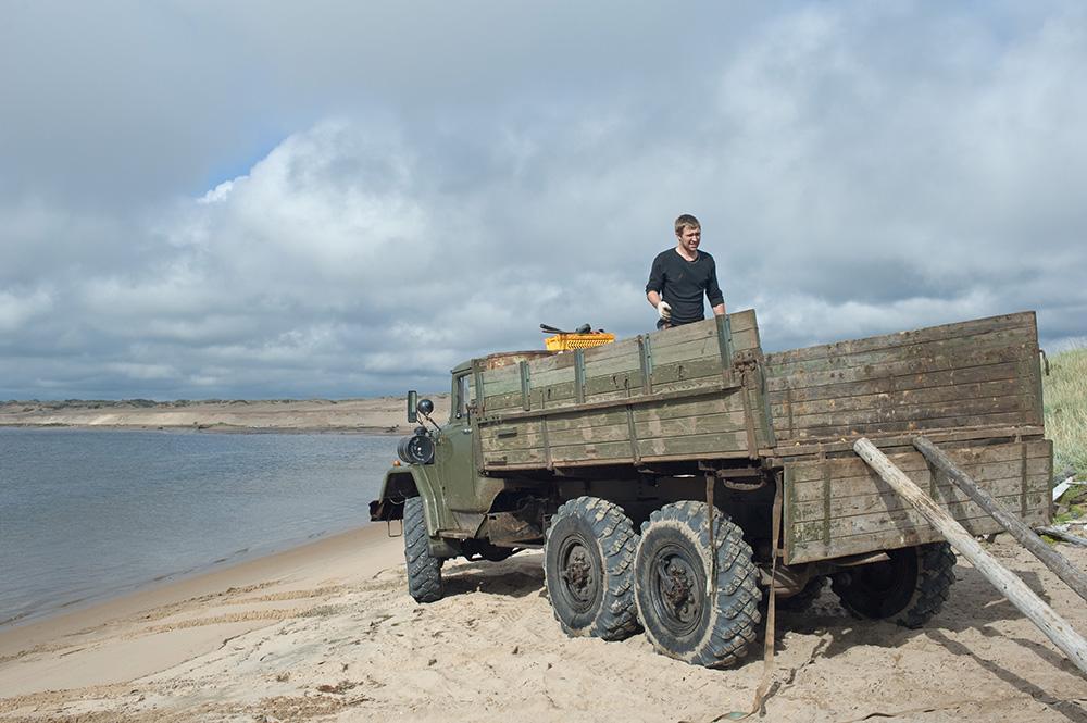 "photo ""White Sea fuel truck"" tags: travel, landscape, beach, coast, sea, sky, water, бензовоз, машина, разгрузка, север"
