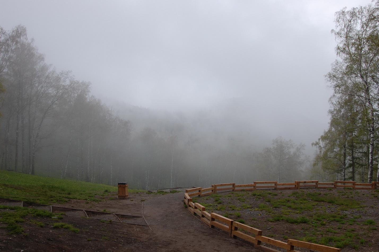 "фото ""У края тумана"" метки: пейзаж, горы, деревья, оградка, ступеньки, туман"