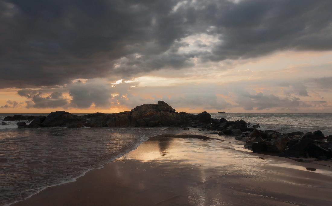 "photo ""***"" tags: landscape, coast, evening, ocean, sunset, Шри Ланка, блики, камни, песок, тучи"