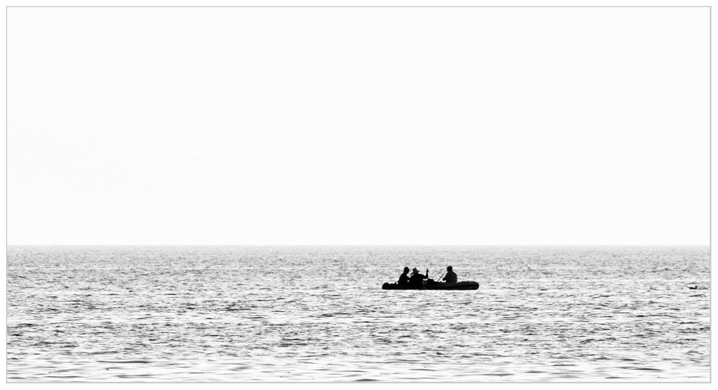 """фото """"Трое в лодке..."""" метки: пейзаж, черно-белые, жанр, Азия, Казахстан, вода, горизонт, лето, люди, монохром, небо, туризм"""