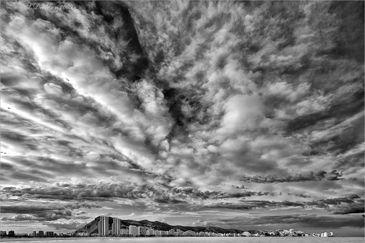 """фото """"Небо Куйеры (ч/б)"""" метки: пейзаж, город, черно-белые, Европа, горы, лето, море, облака"""