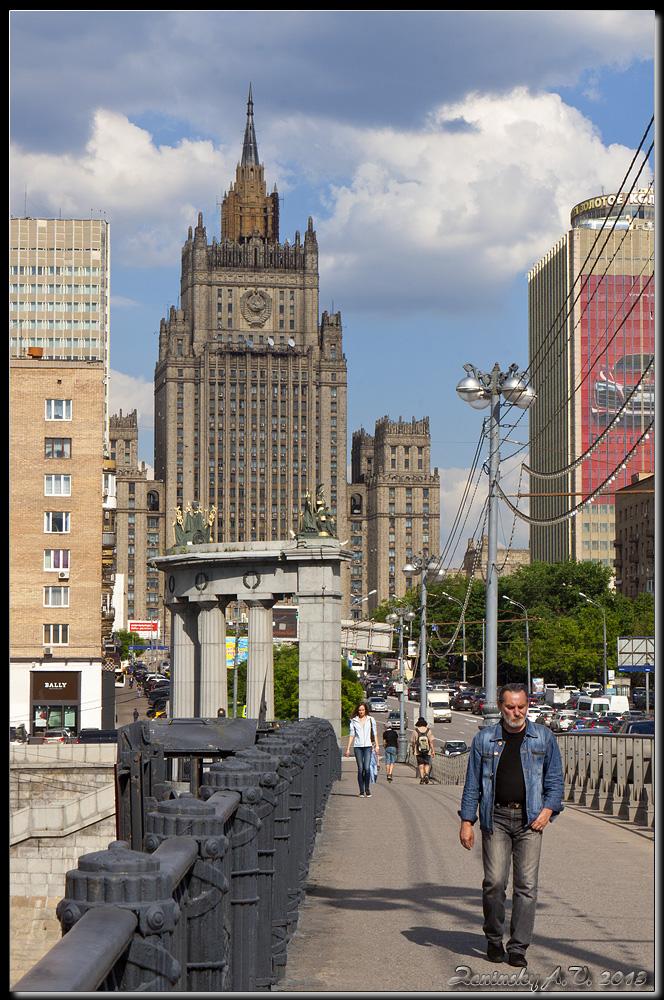 """фото """"Москва. Лето. МИД..."""" метки: город, архитектура, пейзаж, Европа, башня, дорога, здание, лето, люди"""