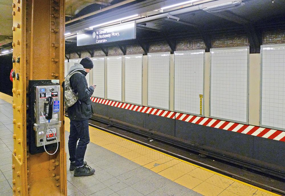 "фото ""Телефоны - технический прогресс"" метки: стрит-фото, техника, город,"