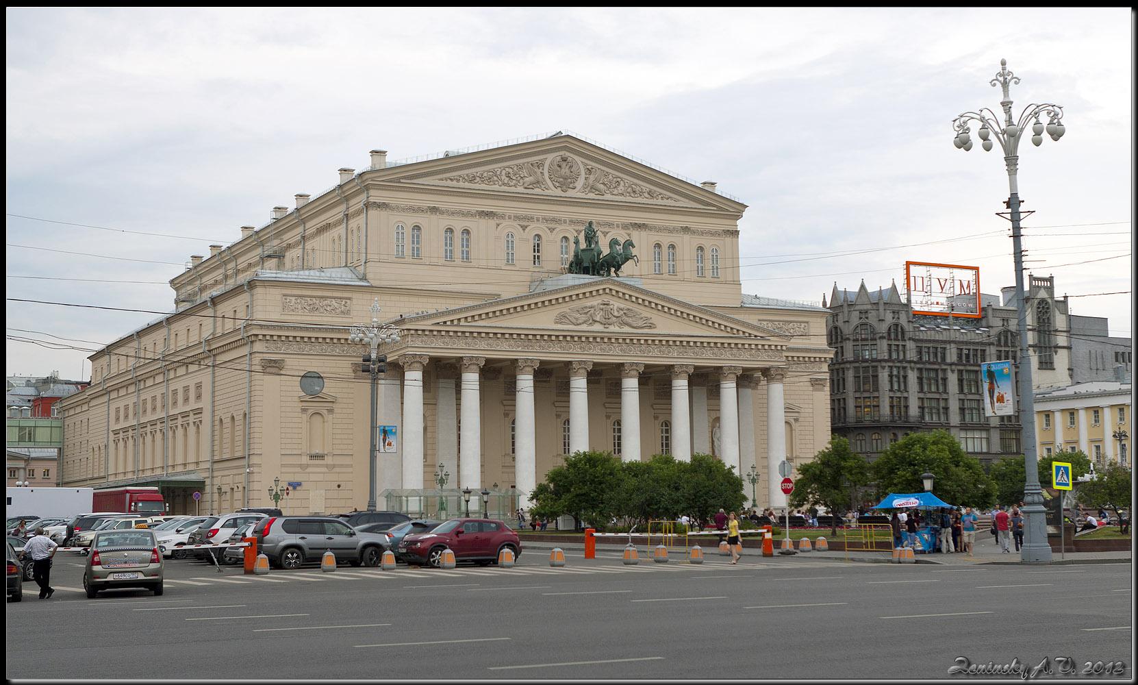 """фото """"Большой Театр."""" метки: архитектура, город, пейзаж, Европа, дорога, здание, лето, люди"""