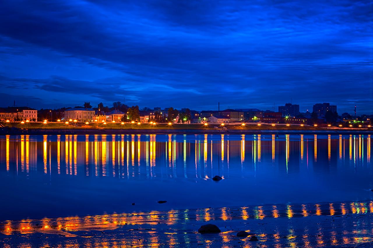 """фото """"Вечерние отражения"""" метки: город, пейзаж, Рыбинск, вечер, волга, жёлтый, ночь, огни, отражения, река, синий"""