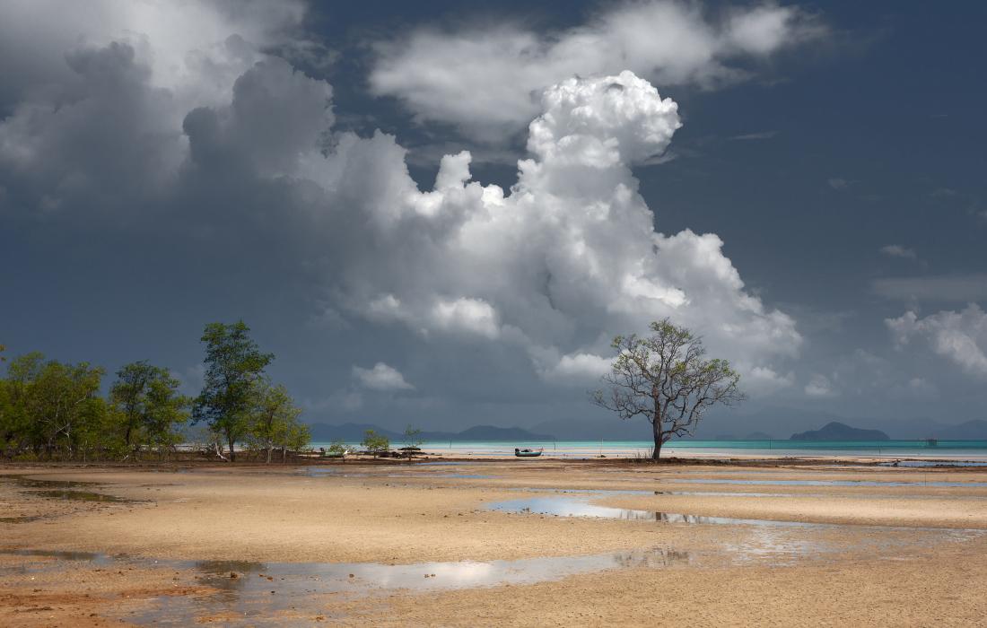"""фото """"Лодочка в облаках"""" метки: пейзаж, Таиланд, деревья, лодка, море, облака, острова, песок"""
