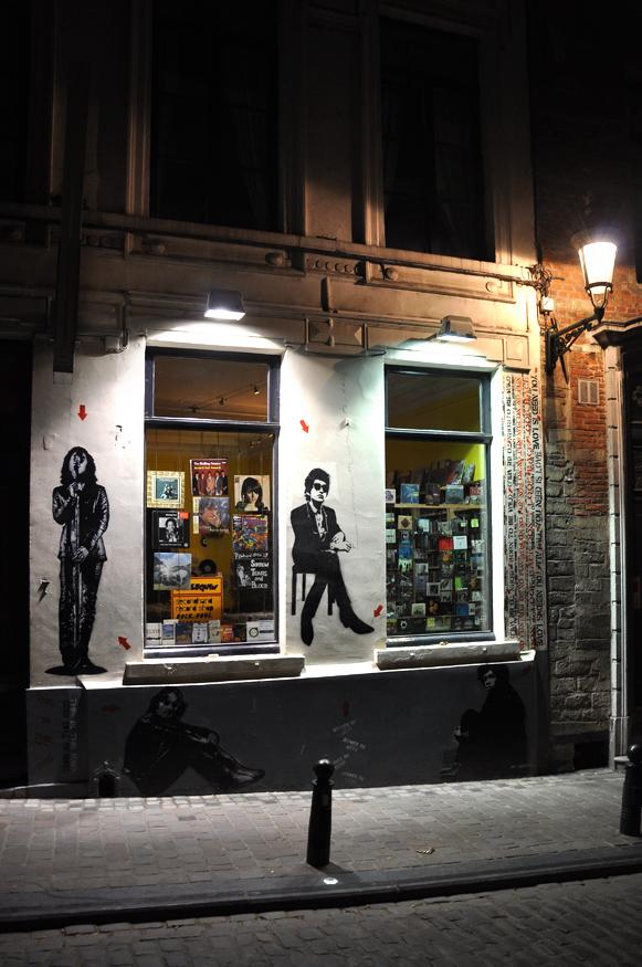 """фото """"магазин """"Music second hand"""""""""""" метки: стрит-фото, город, Брюссель, ночь"""