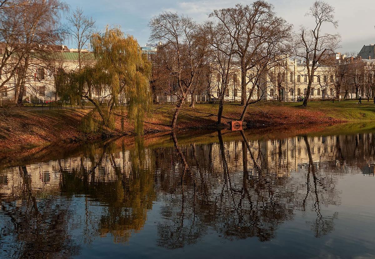"""фото """"Городские отражения..."""" метки: пейзаж, город, вода, деревья, здание, небо, облака, осень"""