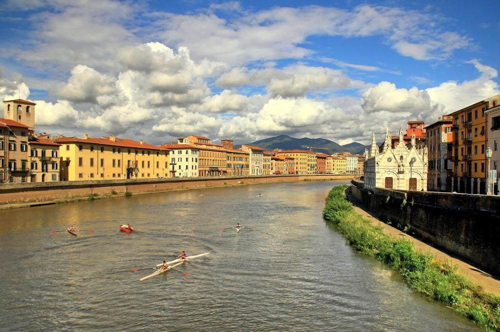 "фото ""гребцы Пизы."" метки: пейзаж, архитектура, путешествия, Европа, дома, мужчина, облака, река"