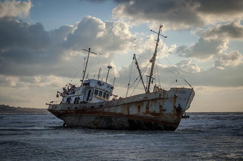 """фото """"после шторма"""" метки: путешествия, Крым, катер, корабли, море, песок, пляж"""