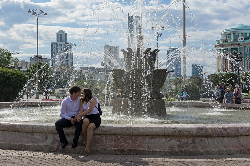 "photo ""***"" tags: street, people, summer, влюблённые, фонтан"