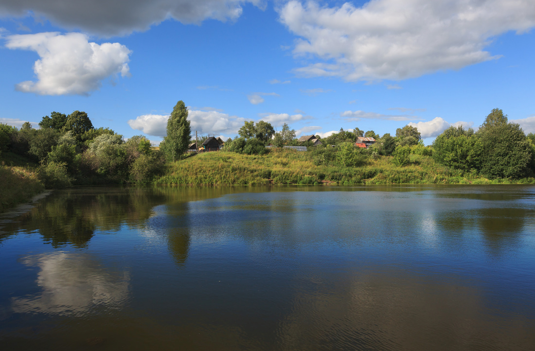 """photo """"***"""" tags: landscape, clouds, forest, grass, lake, pond, reflections, summer, деревня, избушки"""