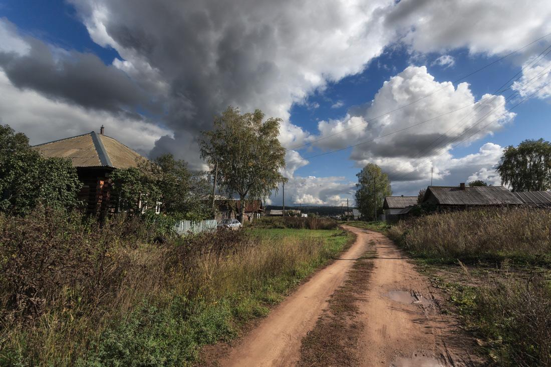 """фото """"Деревенский пейзаж"""" метки: пейзаж, путешествия, деревня, дорога, избушки, лето, трава, тучи"""