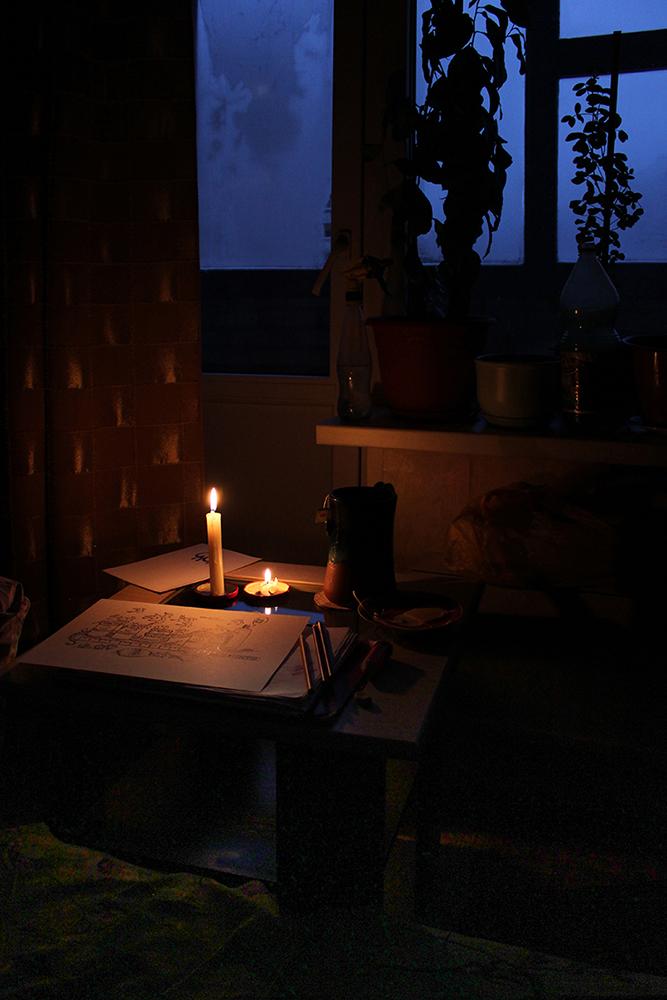 "photo ""An artist's place while lacking the light"" tags: still life, interior, flowers, night, в доме, игра света, одиночество, силуэт? окно, стол, творчество"