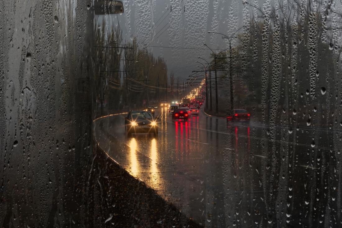 фото город под дождем одела капюшоном замаскированного